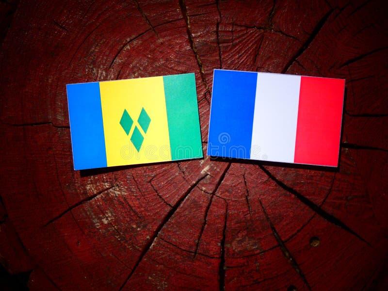 Drapeau de Saint-Vincent-et-les-Grenadines avec le drapeau français sur un arbre images stock