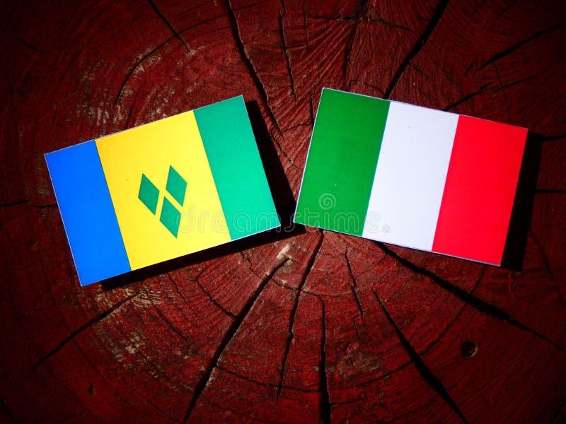 Drapeau de Saint-Vincent-et-les-Grenadines avec le drapeau italien sur un tre illustration libre de droits