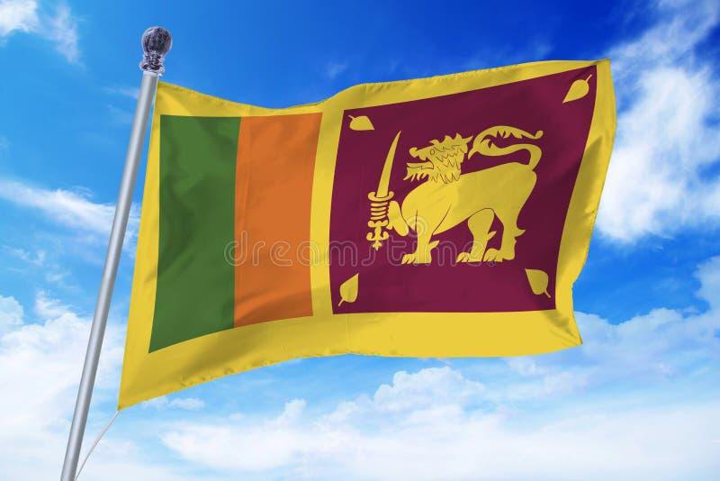 Drapeau de Sri Lanka se développant contre un ciel bleu clair images libres de droits
