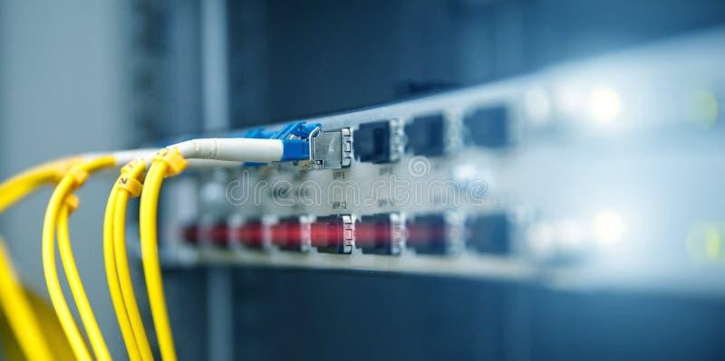 Drapeau de technologie Fermez-vous vers le haut du c?ble optique de fibre Supports de serveurs Divise l'ordinateur dans un suppor photos libres de droits