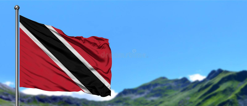 Drapeau de Trinidad And Tobago ondulant dans le ciel bleu avec les champs verts au fond de crête de montagne Th?me de nature images stock
