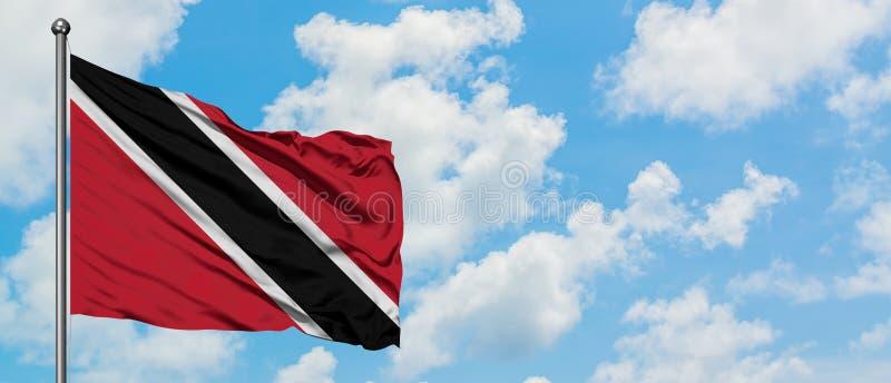 Drapeau de Trinidad And Tobago ondulant dans le vent contre le ciel bleu nuageux blanc Concept de diplomatie, relations internati images stock