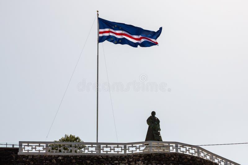 Drapeau des îles de Cap Vert ondulant dans le vent contre le ciel bleu photo libre de droits
