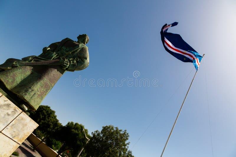 Drapeau des îles de Cap Vert ondulant dans le vent contre le ciel bleu photographie stock libre de droits