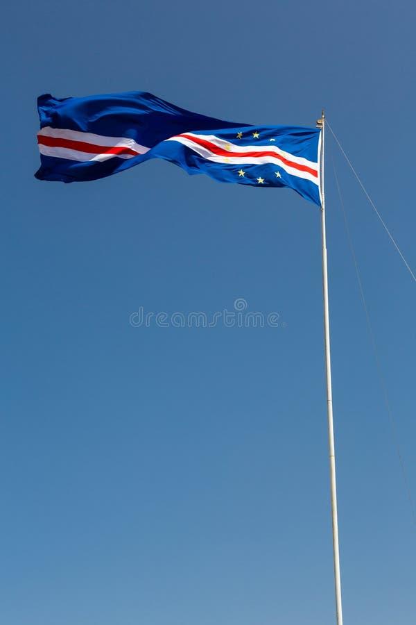 Drapeau des îles de Cap Vert ondulant dans le vent contre le ciel bleu photos stock