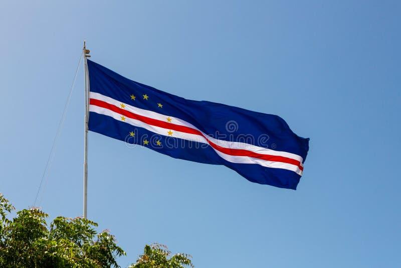 Drapeau des îles de Cap Vert ondulant dans le vent contre le ciel bleu photo stock
