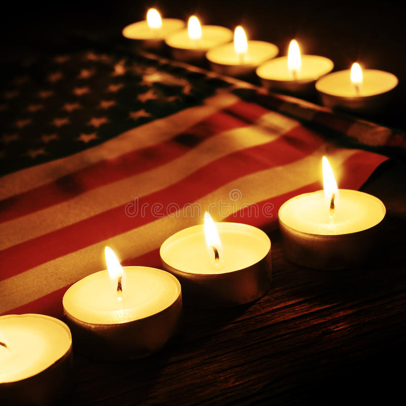 Drapeau des Etats-Unis et des bougies allumées images libres de droits