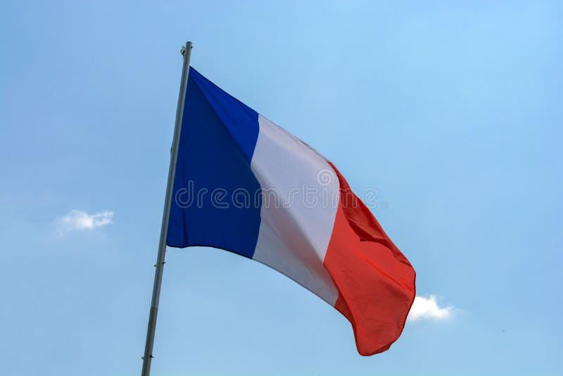 Drapeau des Frances contre un ciel bleu avec des nuages photo libre de droits