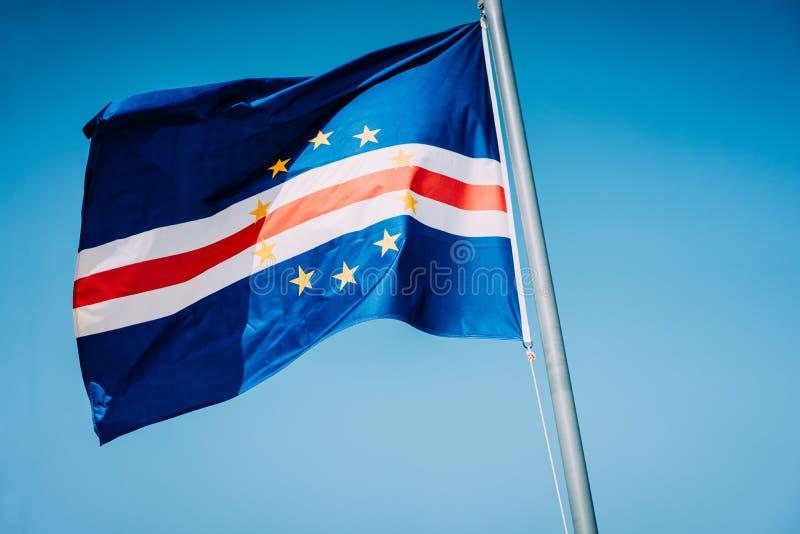 Drapeau du Cap Vert ondulant sur le mât avec le fond de ciel bleu image libre de droits
