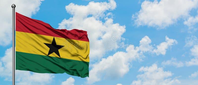 Drapeau du Ghana ondulant dans le vent contre le ciel bleu nuageux blanc Concept de diplomatie, relations internationales image stock