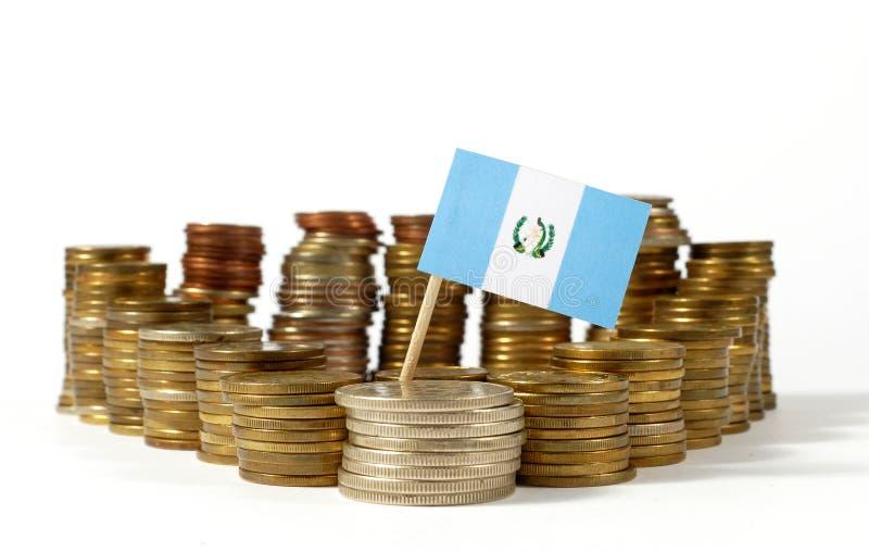 Drapeau du Guatemala avec la pile de pièces de monnaie d'argent photos libres de droits