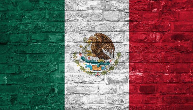 Drapeau du Mexique au-dessus d'un vieux fond de mur de briques, surface photographie stock libre de droits