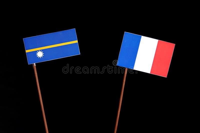 Drapeau du Nauru avec le drapeau français d'isolement sur le noir photos libres de droits
