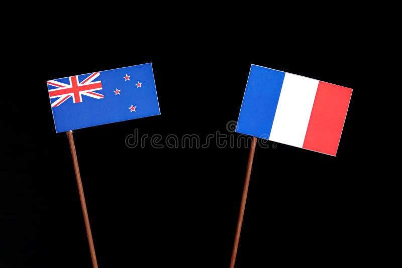 Drapeau du Nouvelle-Zélande avec le drapeau français sur le noir photographie stock libre de droits