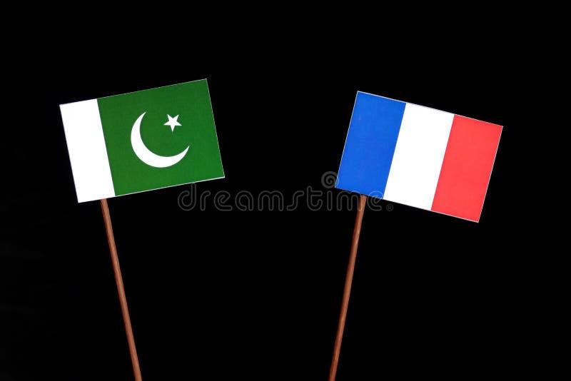 Drapeau du Pakistan avec le drapeau français sur le noir images stock