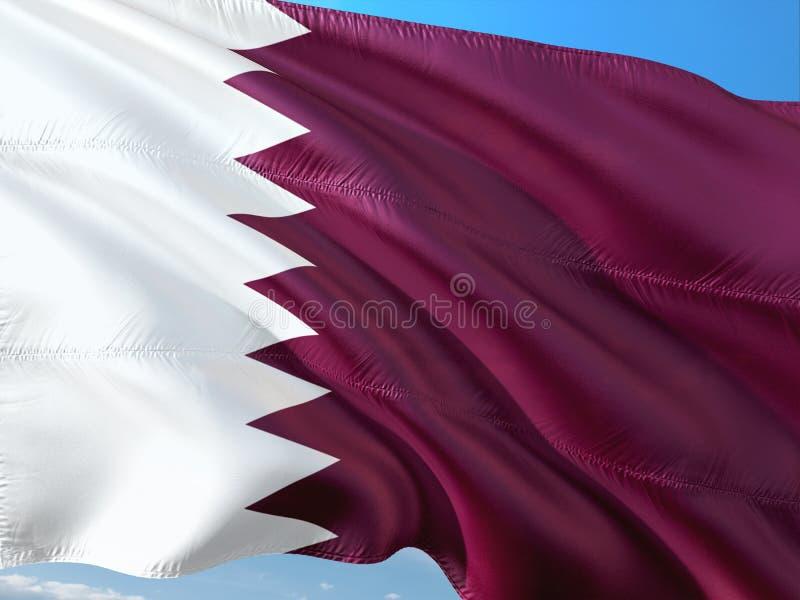 Drapeau du Qatar ondulant dans le vent contre le ciel bleu profond Tissu de haute qualit? photos stock