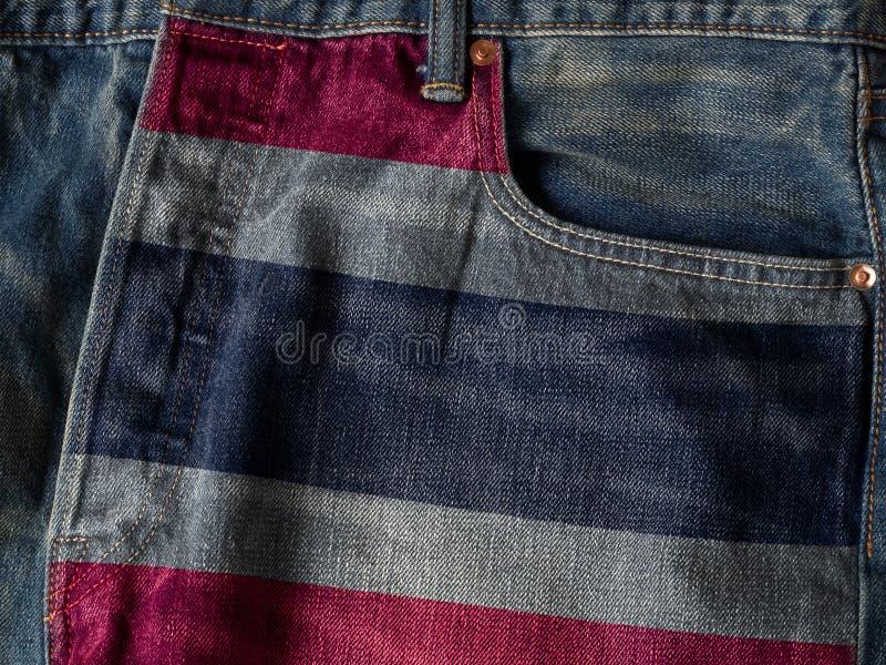 Drapeau du royaume de Thaïlande sur la texture de denim de jeans Le concept du drapeau national du royaume de Thaïlande sur le fo photographie stock libre de droits