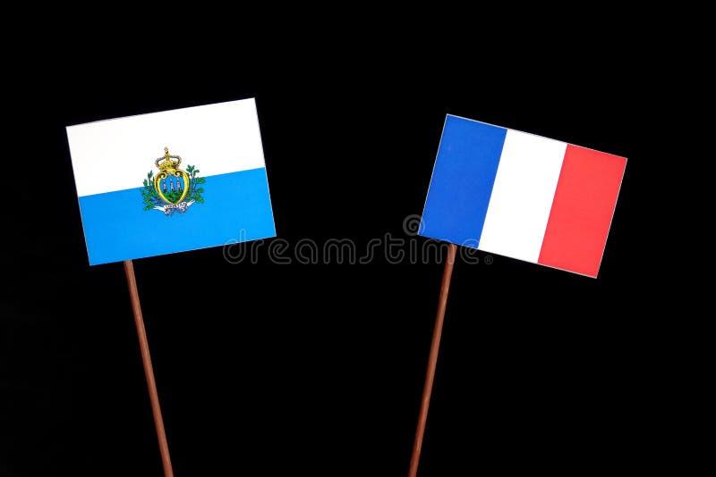 Drapeau du Saint-Marin avec le drapeau français sur le noir image stock