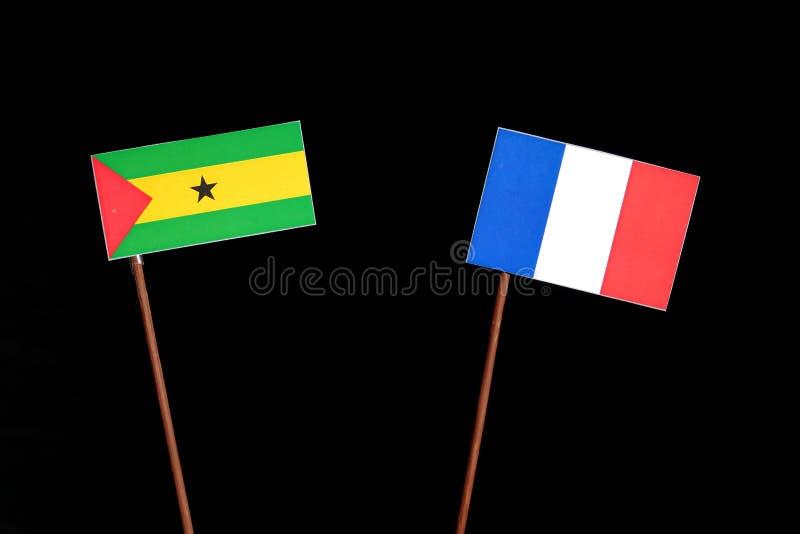 Drapeau du Sao-Tomé-et-Principe avec le drapeau français sur le noir photos stock