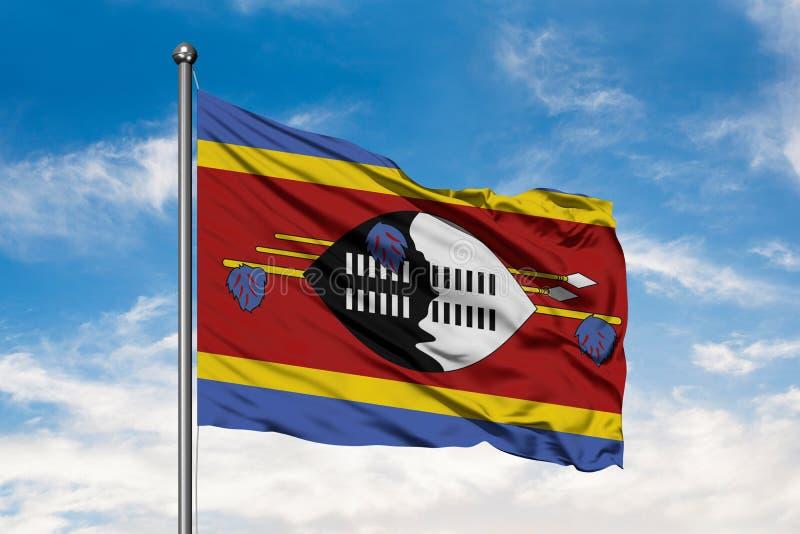 Drapeau du Souaziland ondulant dans le vent contre le ciel bleu nuageux blanc Drapeau de Swazi photographie stock