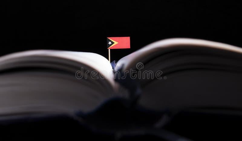 Drapeau du Timor oriental au milieu du livre La connaissance et educ photographie stock libre de droits
