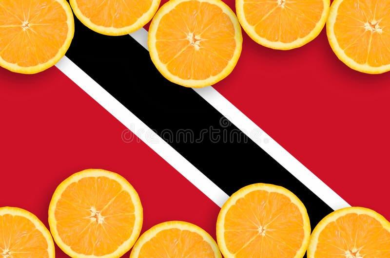 Drapeau du Trinidad-et-Tobago dans le cadre horizontal de tranches d'agrumes images libres de droits