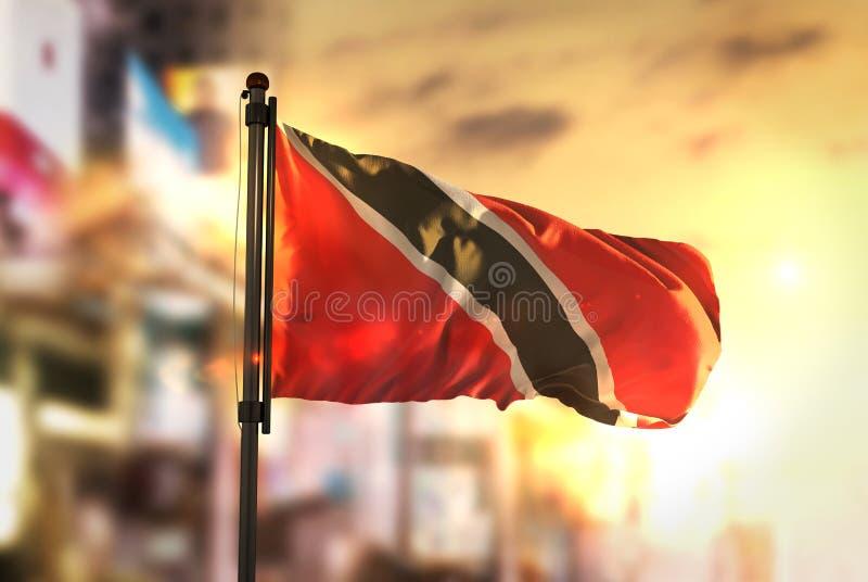 Drapeau du Trinidad-et-Tobago sur le fond brouillé par ville chez Sunr images libres de droits