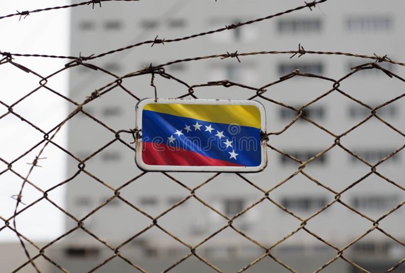 Drapeau du Venezuela sur la barrière d'une prison photos libres de droits