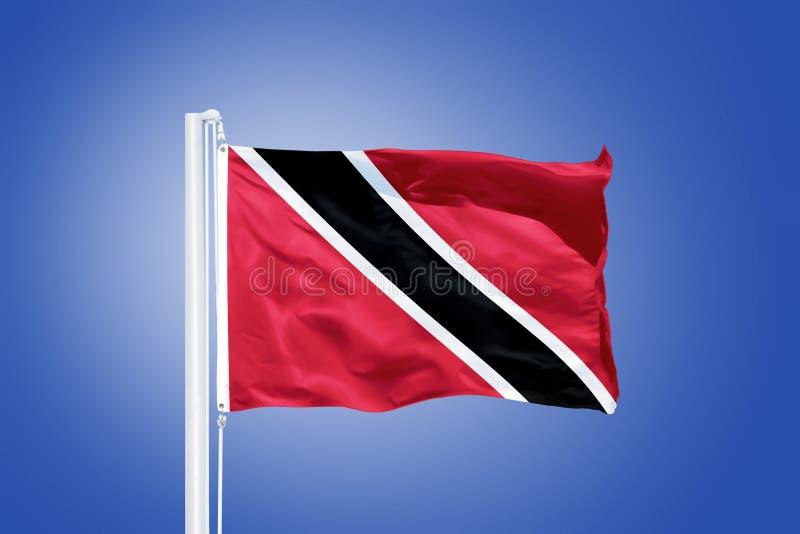 Drapeau du vol du Trinidad-et-Tobago contre un ciel bleu photographie stock libre de droits