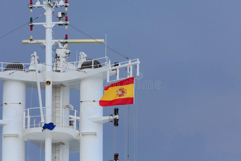 Drapeau espagnol sur la tour de bateaux image libre de droits