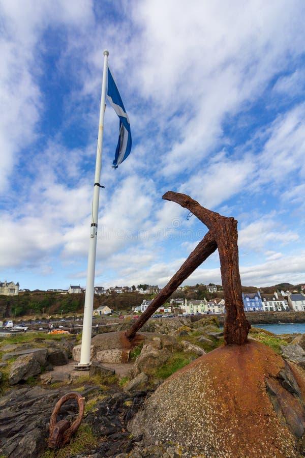 Drapeau et ancre écossais dans le port de Portpatrick en Ecosse, Royaume-Uni photographie stock