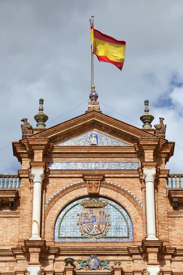 Drapeau et crête espagnols sur Plaza de Espana Pavilion en Séville image stock