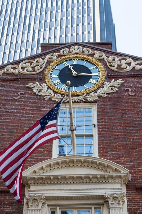 Drapeau et horloge sur la vieille Chambre d'état à Boston images libres de droits