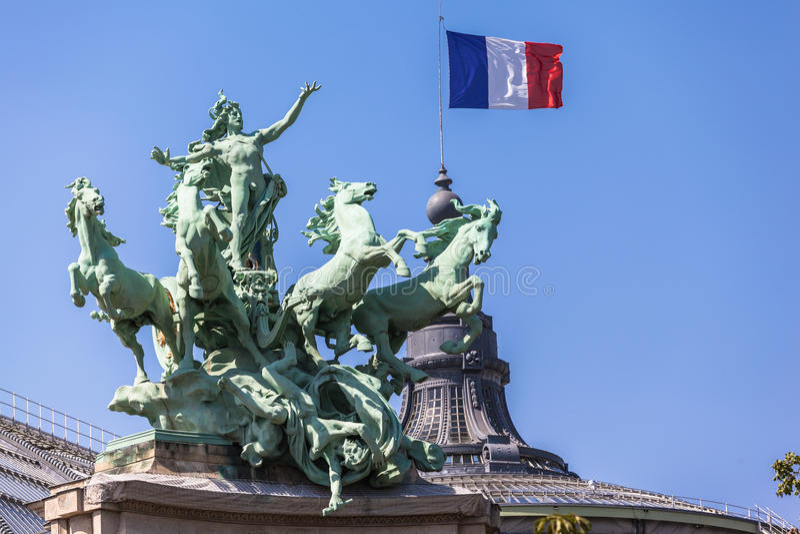 Drapeau et sculpture français sur Palais grand image libre de droits