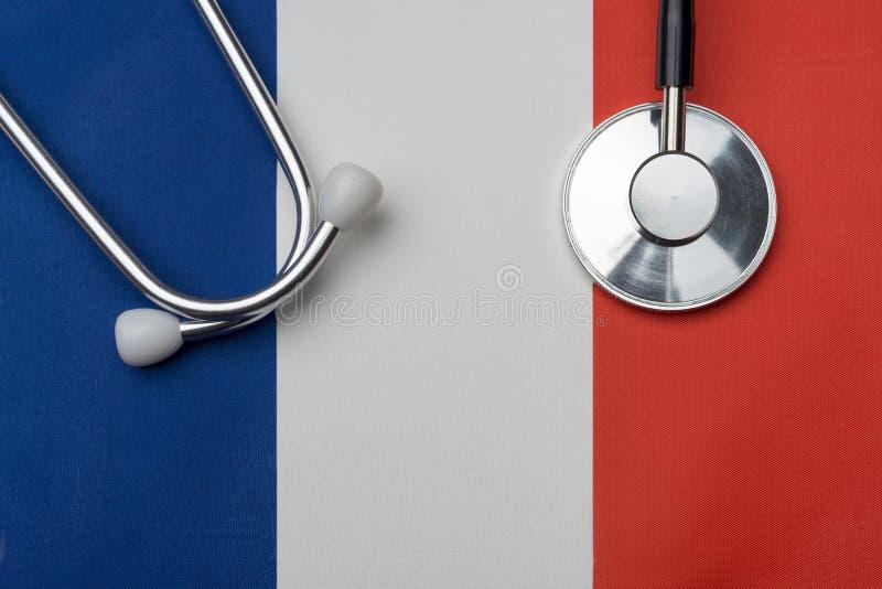 Drapeau et stéthoscope français Le concept de la médecine photo libre de droits