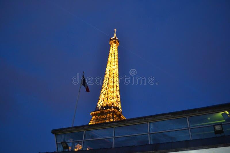 Drapeau et Tour Eiffel français la nuit images stock