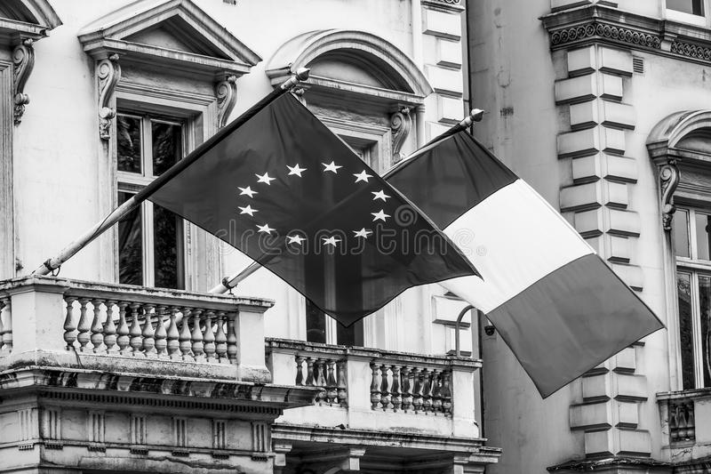 Drapeau européen et français attaché à buidling photographie stock