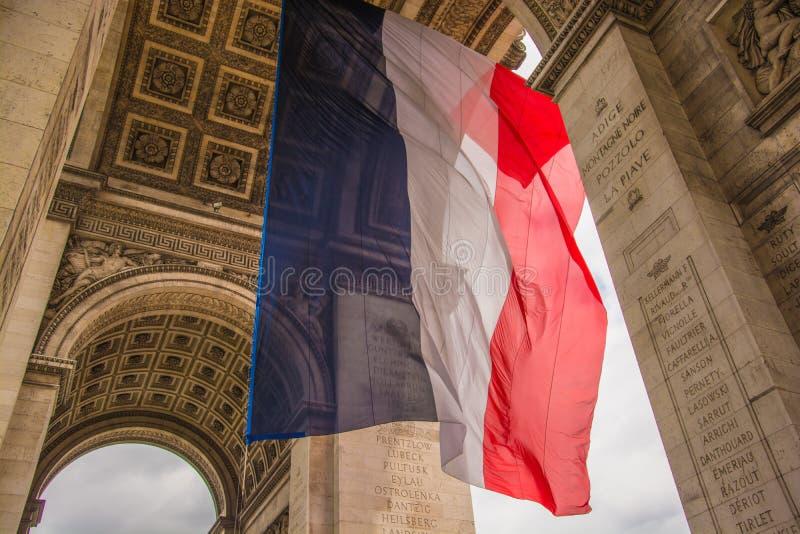 Drapeau français à l'arc de Triomph photos stock