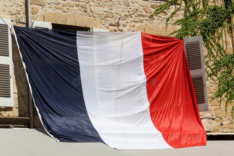 Drapeau français à une fenêtre pendant la coupe du monde du football 2018 images stock