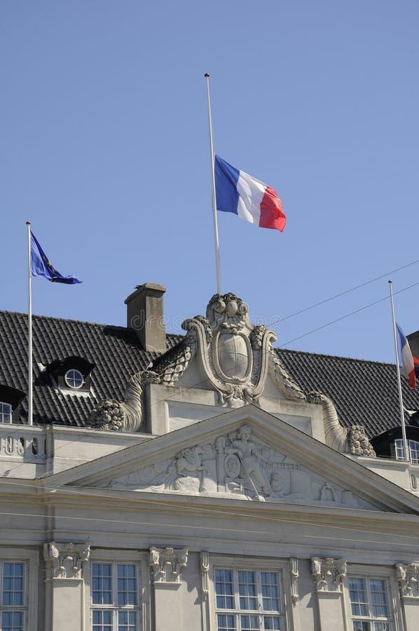 DRAPEAU FRANÇAIS AU DEMI MÂT À L'AMBASSADE DE FRANCE image libre de droits