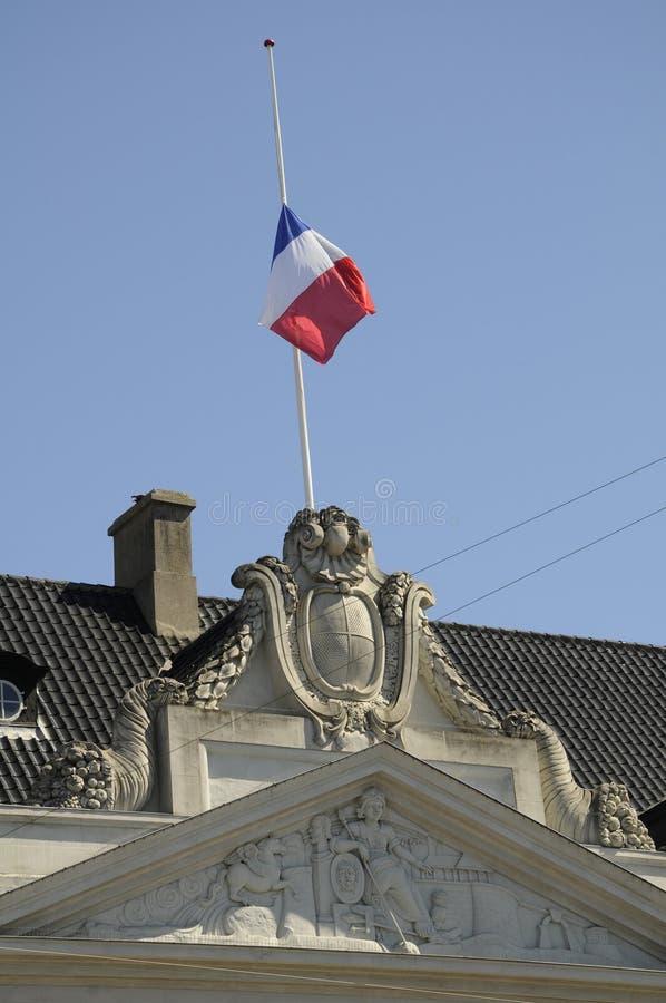 DRAPEAU FRANÇAIS AU DEMI MÂT À L'AMBASSADE DE FRANCE photo libre de droits