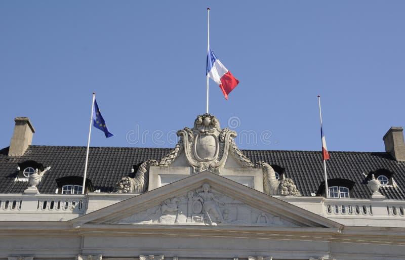 DRAPEAU FRANÇAIS AU DEMI MÂT À L'AMBASSADE DE FRANCE photos stock