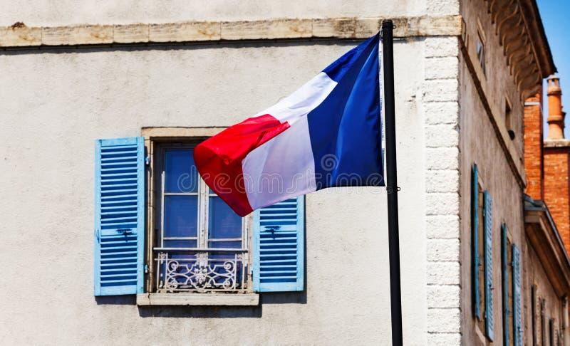Drapeau français au-dessus de fenêtre générique classique de Frances images libres de droits