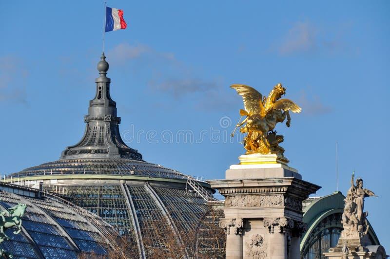 Drapeau français au-dessus du Palais grand, Paris, France photo libre de droits