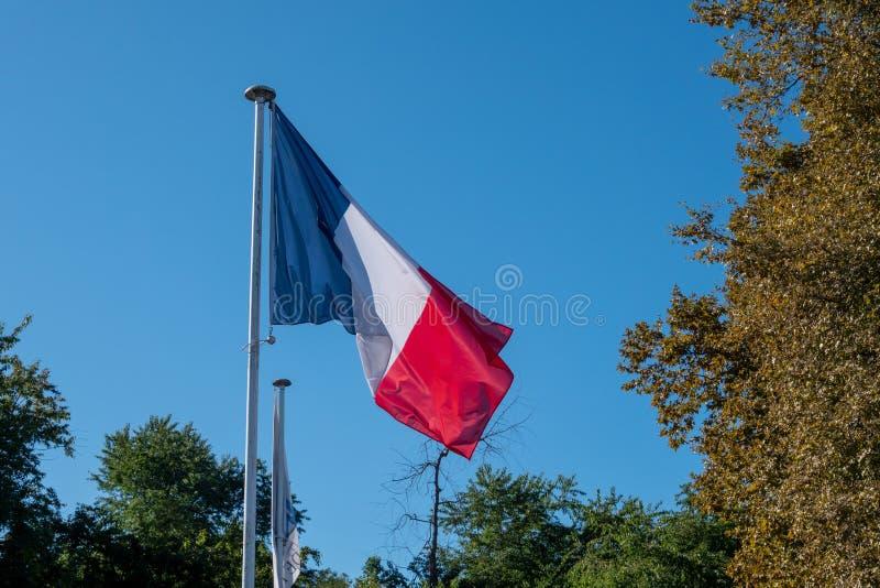 Drapeau français avec ciel bleu en arrière-plan image stock