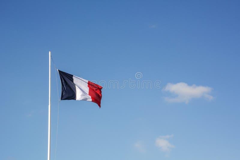 Drapeau français avec le ciel comme fond photo libre de droits