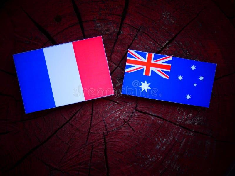 Drapeau français avec le drapeau australien sur un tronçon d'arbre images stock
