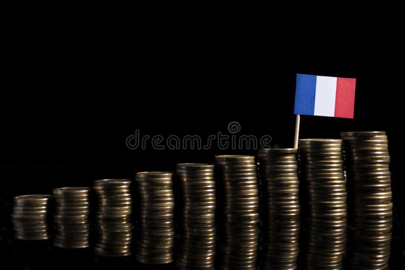 Drapeau français avec le sort de pièces de monnaie d'isolement sur le noir images libres de droits