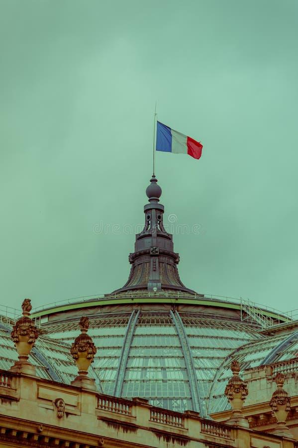Drapeau français balançant en haut de Palais grand photo libre de droits