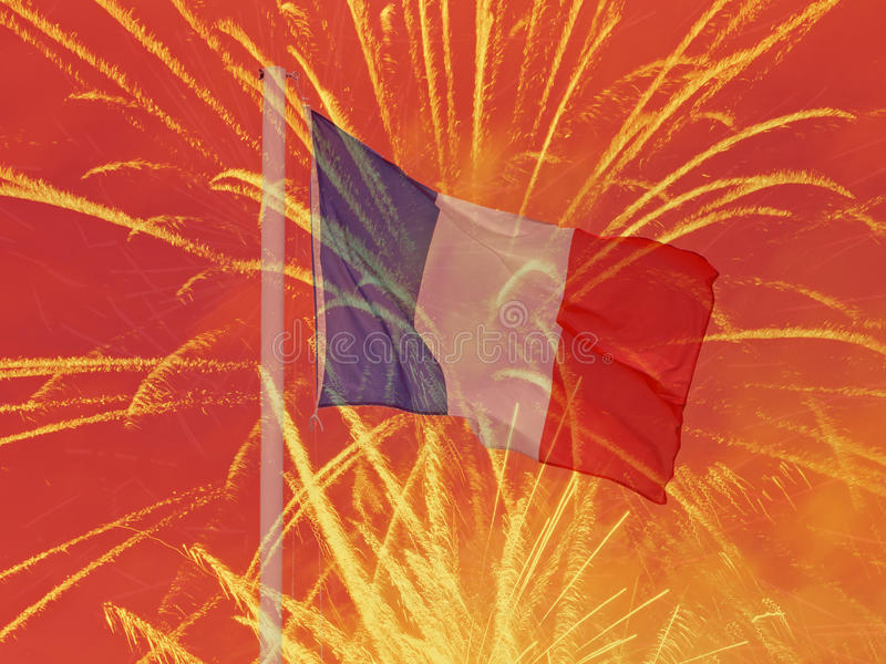 Drapeau français contre des feux d'artifice images stock